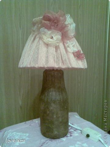Сделан он из бутылки,абажур из проволки и обтянут тканью,украшен цветами из органзы и бисера. фото 1