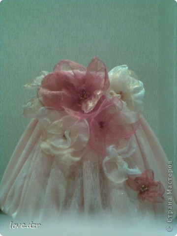 Сделан он из бутылки,абажур из проволки и обтянут тканью,украшен цветами из органзы и бисера. фото 7