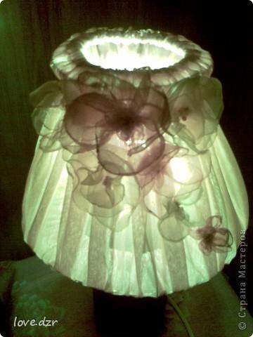 Сделан он из бутылки,абажур из проволки и обтянут тканью,украшен цветами из органзы и бисера. фото 5