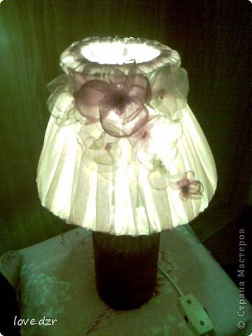Сделан он из бутылки,абажур из проволки и обтянут тканью,украшен цветами из органзы и бисера. фото 6