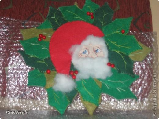 Подарок на Новый год. Уехал к получательнице год назад. Восторгу было очень много :):):) - я даже не ожидала... Лицо Деда Мороза вышито. Борода и волосы - синтетический наполнитель для подушек; шапка и листья - фетр; ягодки - покупались специально именно как ягодки  :):):)