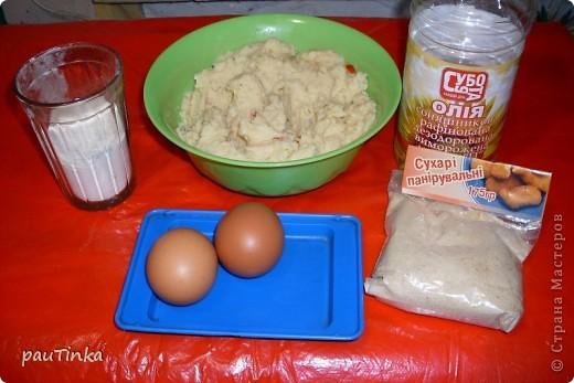 Нам понадобится : 1кг картошки, 2 яйца, пол стакана муки, 2 ст.л. растительного масла, панировочные сухари. Очищенный картофель сварить (сделать пюре), остудить. Добавить масло, желтки, муку, посолить, поперчить и тщательно перемешать. Из белка делаем кляр.  Делаем котлеты, обваляли в муке, в кляре и в сухарях.  фото 1