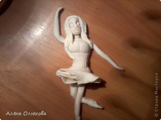 моя балеринка в подарок. Сегодня сделала, так что она ещё не очень выглядит. А сделала я её - своей тёти, в подарок, она у меня танцует=)