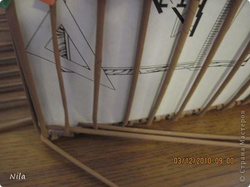 """Попытаюсь выложить фото, как я делаю коробки от А до Я. Все это я нашла на просторах интеренета. Где именно , перечислить не могу- и здесь, и в Ручной работе , и на чешских, польских сайтах. (Всем большое спасибо!) Где-то , как делать дно, где-то бортики, плетение, крышку . Единственно мое -пункт 18 -две трубочки на углах (пока не встречала в интеренете,или не заметила, там делают в углах одну трубочку), но не претендую на авторство, возможно еще найду подобное, ведь дальше  в поиске. В общем с мира по нитке..., а мне коробочка Сделала из картона такой """"станок"""". (Нашла в интеренете) Дырочки на расстоянии 2.5 см. Слева оставила длину трубочек на борт ,плюс на загибку.  фото 19"""