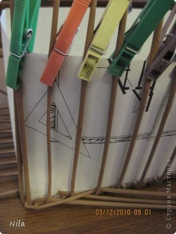 """Попытаюсь выложить фото, как я делаю коробки от А до Я. Все это я нашла на просторах интеренета. Где именно , перечислить не могу- и здесь, и в Ручной работе , и на чешских, польских сайтах. (Всем большое спасибо!) Где-то , как делать дно, где-то бортики, плетение, крышку . Единственно мое -пункт 18 -две трубочки на углах (пока не встречала в интеренете,или не заметила, там делают в углах одну трубочку), но не претендую на авторство, возможно еще найду подобное, ведь дальше  в поиске. В общем с мира по нитке..., а мне коробочка Сделала из картона такой """"станок"""". (Нашла в интеренете) Дырочки на расстоянии 2.5 см. Слева оставила длину трубочек на борт ,плюс на загибку.  фото 20"""