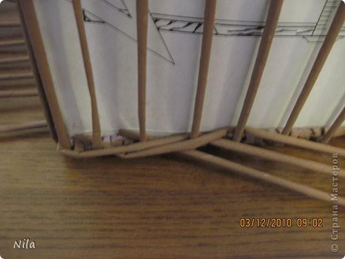 """Попытаюсь выложить фото, как я делаю коробки от А до Я. Все это я нашла на просторах интеренета. Где именно , перечислить не могу- и здесь, и в Ручной работе , и на чешских, польских сайтах. (Всем большое спасибо!) Где-то , как делать дно, где-то бортики, плетение, крышку . Единственно мое -пункт 18 -две трубочки на углах (пока не встречала в интеренете,или не заметила, там делают в углах одну трубочку), но не претендую на авторство, возможно еще найду подобное, ведь дальше  в поиске. В общем с мира по нитке..., а мне коробочка Сделала из картона такой """"станок"""". (Нашла в интеренете) Дырочки на расстоянии 2.5 см. Слева оставила длину трубочек на борт ,плюс на загибку.  фото 21"""