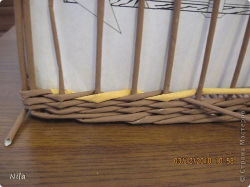 """Попытаюсь выложить фото, как я делаю коробки от А до Я. Все это я нашла на просторах интеренета. Где именно , перечислить не могу- и здесь, и в Ручной работе , и на чешских, польских сайтах. (Всем большое спасибо!) Где-то , как делать дно, где-то бортики, плетение, крышку . Единственно мое -пункт 18 -две трубочки на углах (пока не встречала в интеренете,или не заметила, там делают в углах одну трубочку), но не претендую на авторство, возможно еще найду подобное, ведь дальше  в поиске. В общем с мира по нитке..., а мне коробочка Сделала из картона такой """"станок"""". (Нашла в интеренете) Дырочки на расстоянии 2.5 см. Слева оставила длину трубочек на борт ,плюс на загибку.  фото 27"""