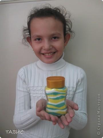 Маличка и ее новое творение: стеклянная бутылка декорирована бельевым шнуром и украшена цветами в технике квиллинг. фото 12