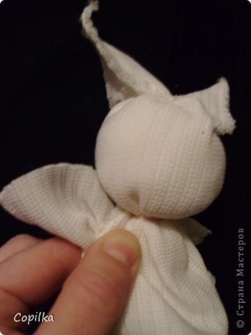 Делалась игрушка так-же,как раньше делался малышам оберег.Он так и назывался-зайчик на пальчик.Надо на него всего ничего - прямоугольник ткани(длина=две ширины),тесёмку и чуть набивки для головы фото 11
