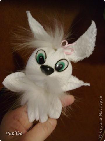 Делалась игрушка так-же,как раньше делался малышам оберег.Он так и назывался-зайчик на пальчик.Надо на него всего ничего - прямоугольник ткани(длина=две ширины),тесёмку и чуть набивки для головы фото 1