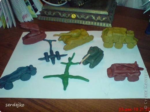 Сын обожает пластилин...не выпускает его из рук..все время что-то лепит и придумывает...смотрит мультик - лепит героев, поиграет в игру - лепит машины ))) пластилин везде и всюду ))) фото 1