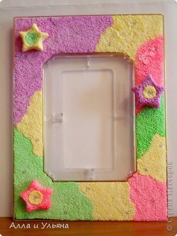 Шариковым пластилином мы обклеили две старые рамки для фотографий, затем из пластилина вылепили звездочки,  задекорировали ими рамки, украсили клеем с  блестками серебристого цвета. Вот что получилось ) фото 2