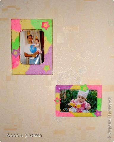 Шариковым пластилином мы обклеили две старые рамки для фотографий, затем из пластилина вылепили звездочки,  задекорировали ими рамки, украсили клеем с  блестками серебристого цвета. Вот что получилось ) фото 1