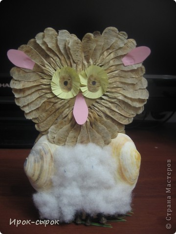 В основе совы картон, а за счет прищепки сову можно поставить или прицепить к чему-нибудь. На фотографии сова сидит на еловой веточке. Поделка взята из детского журнала.