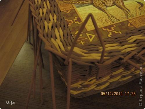 """Попытаюсь выложить фото, как я делаю коробки от А до Я. Все это я нашла на просторах интеренета. Где именно , перечислить не могу- и здесь, и в Ручной работе , и на чешских, польских сайтах. (Всем большое спасибо!) Где-то , как делать дно, где-то бортики, плетение, крышку . Единственно мое -пункт 18 -две трубочки на углах (пока не встречала в интеренете,или не заметила, там делают в углах одну трубочку), но не претендую на авторство, возможно еще найду подобное, ведь дальше  в поиске. В общем с мира по нитке..., а мне коробочка Сделала из картона такой """"станок"""". (Нашла в интеренете) Дырочки на расстоянии 2.5 см. Слева оставила длину трубочек на борт ,плюс на загибку.  фото 37"""