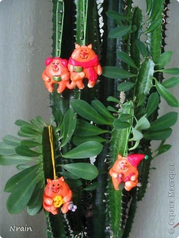 А вот мы расслабились: сотворили четверых рыжих котов, сытых и довольных, которых планируем разбить на пары и уложить в подарки самым любимым - в качестве маленького смешного дополнения... Так сказать, для настроения...  фото 1