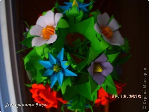 Вот и зима пришла ,за окном грязь  и слякоть. И захотелось чего то веселого, солнечного и яркого. Как то летом делала кусудаму с маками и  остались лишние цветочки.Долго ломала голову куда бы их пристроить,а тут мама попросила сделать кусудаму в подарок для сотруднице, вот и пригодились мой цветочки. фото 4