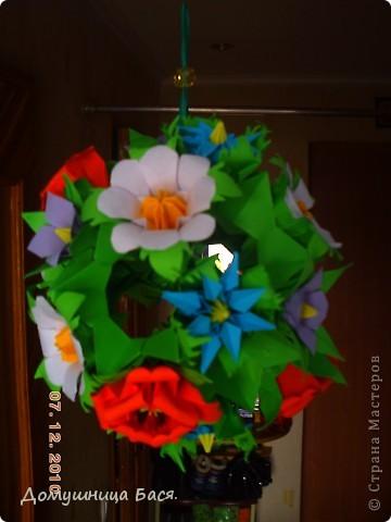 Вот и зима пришла ,за окном грязь  и слякоть. И захотелось чего то веселого, солнечного и яркого. Как то летом делала кусудаму с маками и  остались лишние цветочки.Долго ломала голову куда бы их пристроить,а тут мама попросила сделать кусудаму в подарок для сотруднице, вот и пригодились мой цветочки. фото 2