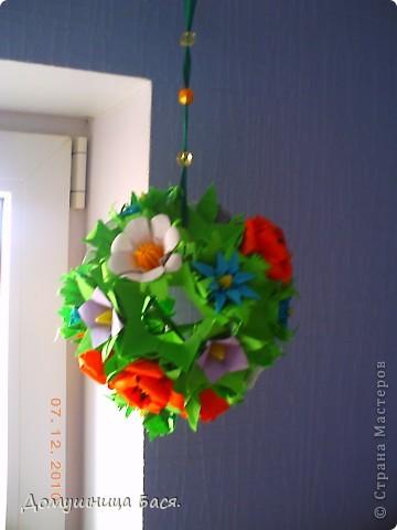 Вот и зима пришла ,за окном грязь  и слякоть. И захотелось чего то веселого, солнечного и яркого. Как то летом делала кусудаму с маками и  остались лишние цветочки.Долго ломала голову куда бы их пристроить,а тут мама попросила сделать кусудаму в подарок для сотруднице, вот и пригодились мой цветочки. фото 1