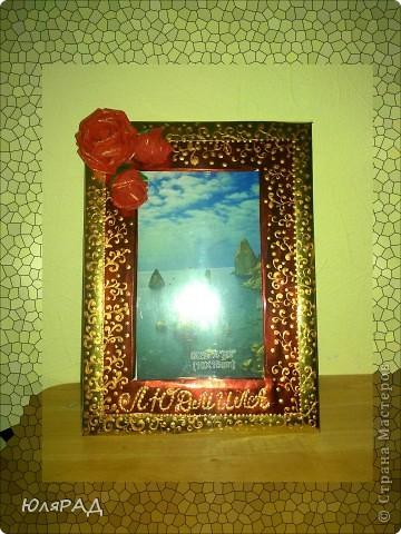 Рамочка для подруги. Розы из гофрированной бумаги, рамка из металлизированного картона, украсила бронзовой акриловой краской, к буквам имени приклеила стразы))) фото 2