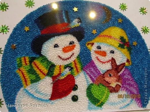 Здравствуйте, уважаемые Мастерицы! На этот раз я к вам со снеговиками и Кроликом - символом 2011 года. Работа размером 20*30см. Первую и вторую фотку сделала на улице. У нас сегодня пасмурно и идет дождь. фото 3