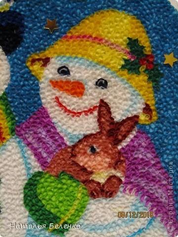Здравствуйте, уважаемые Мастерицы! На этот раз я к вам со снеговиками и Кроликом - символом 2011 года. Работа размером 20*30см. Первую и вторую фотку сделала на улице. У нас сегодня пасмурно и идет дождь. фото 5