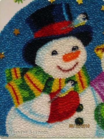 Здравствуйте, уважаемые Мастерицы! На этот раз я к вам со снеговиками и Кроликом - символом 2011 года. Работа размером 20*30см. Первую и вторую фотку сделала на улице. У нас сегодня пасмурно и идет дождь. фото 6