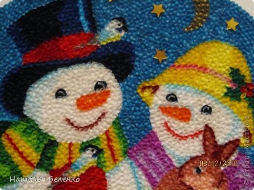 Здравствуйте, уважаемые Мастерицы! На этот раз я к вам со снеговиками и Кроликом - символом 2011 года. Работа размером 20*30см. Первую и вторую фотку сделала на улице. У нас сегодня пасмурно и идет дождь. фото 4