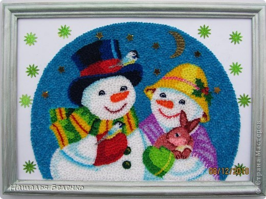 Здравствуйте, уважаемые Мастерицы! На этот раз я к вам со снеговиками и Кроликом - символом 2011 года. Работа размером 20*30см. Первую и вторую фотку сделала на улице. У нас сегодня пасмурно и идет дождь. фото 1