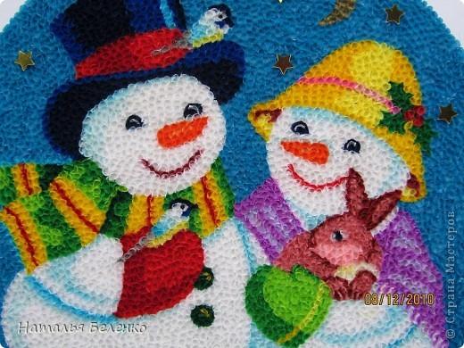 Здравствуйте, уважаемые Мастерицы! На этот раз я к вам со снеговиками и Кроликом - символом 2011 года. Работа размером 20*30см. Первую и вторую фотку сделала на улице. У нас сегодня пасмурно и идет дождь. фото 2