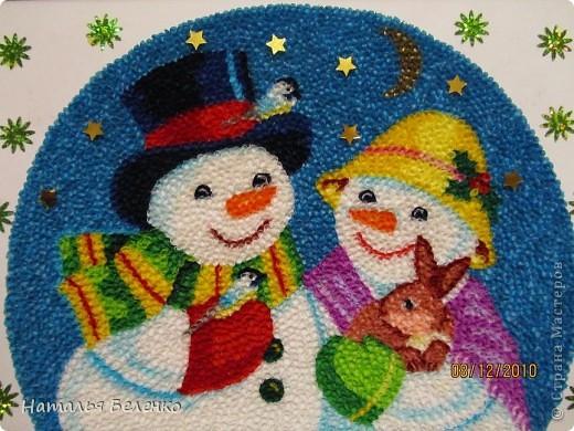 Здравствуйте, уважаемые Мастерицы! На этот раз я к вам со снеговиками и Кроликом - символом 2011 года. Работа размером 20*30см. Первую и вторую фотку сделала на улице. У нас сегодня пасмурно и идет дождь. фото 11
