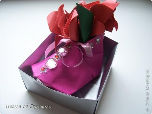 В некоторых странах есть традиция дарить пинетки новорожденным. Даже если в семье за последнее время не происходило пополнения, вот такой оригами-башмачок с оригами-цветами станет красивым украшением для интерьера.  фото 25