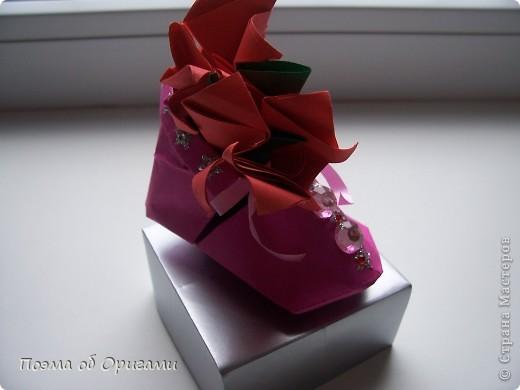 В некоторых странах есть традиция дарить пинетки новорожденным. Даже если в семье за последнее время не происходило пополнения, вот такой оригами-башмачок с оригами-цветами станет красивым украшением для интерьера.  фото 26