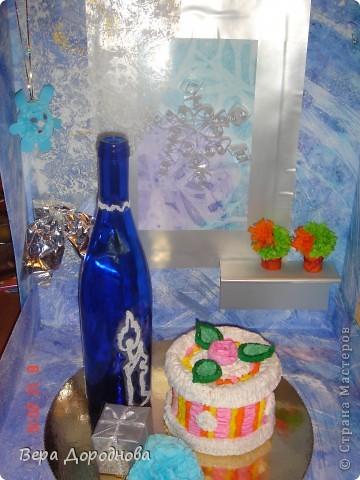 """Вот такую поделку к Новому году мы с дочками понесем в Прогимназию... Это, как видно, моделька квартиры, где тщательным образом подготовились к встрече Нового года. На столе - тортик из гофротрубочек, бутылочка хорошего вина, расписанная с помощью клея и манной крупы... За окном (акварель + целофановый пакет для создания фона """"Стекло, покрытое льдом"""") - падают снежинки (квиллинг), на шторке (плотный прозрачный лист, покрытый гуашью, а затем - целоф.пакетом для получения эффекта тюли), в уголочке - символ 2011 года - зайчик (из салфеток, сложенных вместе, скрепленных степлером и послойно поднятых кверху)... На подоконнике - кактусики (торцевание на пластилине). Стены и пол - лист ватмана, над которым поработала вся семья, покрывая его гуашью, разбрызгивая и размазывая по нему с помощью зубной щетки краску и тд. В общем, спасибо всем мастерицам, которые вдохновили нас своими работами на такой вот новогодний эпизод! фото 1"""
