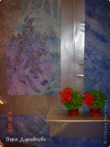 """Вот такую поделку к Новому году мы с дочками понесем в Прогимназию... Это, как видно, моделька квартиры, где тщательным образом подготовились к встрече Нового года. На столе - тортик из гофротрубочек, бутылочка хорошего вина, расписанная с помощью клея и манной крупы... За окном (акварель + целофановый пакет для создания фона """"Стекло, покрытое льдом"""") - падают снежинки (квиллинг), на шторке (плотный прозрачный лист, покрытый гуашью, а затем - целоф.пакетом для получения эффекта тюли), в уголочке - символ 2011 года - зайчик (из салфеток, сложенных вместе, скрепленных степлером и послойно поднятых кверху)... На подоконнике - кактусики (торцевание на пластилине). Стены и пол - лист ватмана, над которым поработала вся семья, покрывая его гуашью, разбрызгивая и размазывая по нему с помощью зубной щетки краску и тд. В общем, спасибо всем мастерицам, которые вдохновили нас своими работами на такой вот новогодний эпизод! фото 3"""