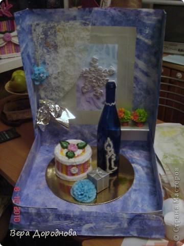 """Вот такую поделку к Новому году мы с дочками понесем в Прогимназию... Это, как видно, моделька квартиры, где тщательным образом подготовились к встрече Нового года. На столе - тортик из гофротрубочек, бутылочка хорошего вина, расписанная с помощью клея и манной крупы... За окном (акварель + целофановый пакет для создания фона """"Стекло, покрытое льдом"""") - падают снежинки (квиллинг), на шторке (плотный прозрачный лист, покрытый гуашью, а затем - целоф.пакетом для получения эффекта тюли), в уголочке - символ 2011 года - зайчик (из салфеток, сложенных вместе, скрепленных степлером и послойно поднятых кверху)... На подоконнике - кактусики (торцевание на пластилине). Стены и пол - лист ватмана, над которым поработала вся семья, покрывая его гуашью, разбрызгивая и размазывая по нему с помощью зубной щетки краску и тд. В общем, спасибо всем мастерицам, которые вдохновили нас своими работами на такой вот новогодний эпизод! фото 4"""