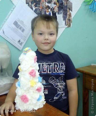 """В детском саду у сына объявили конкурс ёлочек из бросового материала. Вот такую красавицу мы с Алешей сделали. На конус из картона наклеиваются """"розочки"""" из салфеток. фото 3"""