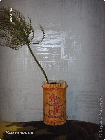 Первый опыт декупажа ,вазочка из китайских деревянных палочек,связанны между собой ниткой,сверху конечно же салфетка ,внутри пластиковая  бутылка из под воды.Корявенько конечно,но мне нравится))) фото 1