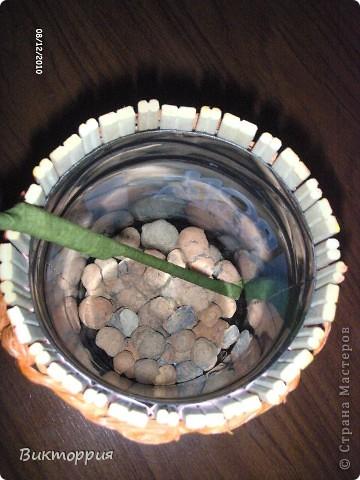 Первый опыт декупажа ,вазочка из китайских деревянных палочек,связанны между собой ниткой,сверху конечно же салфетка ,внутри пластиковая  бутылка из под воды.Корявенько конечно,но мне нравится))) фото 3
