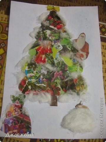 На листе бумаги нарисовала контур елки. Выбрала из цветных газет и журналов новогоднюю тематику. фото 1