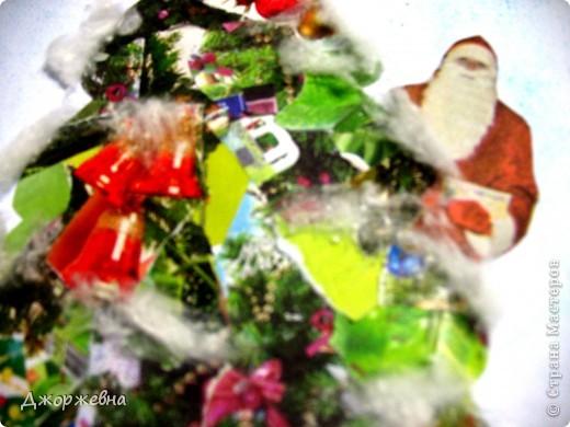 На листе бумаги нарисовала контур елки. Выбрала из цветных газет и журналов новогоднюю тематику. фото 2