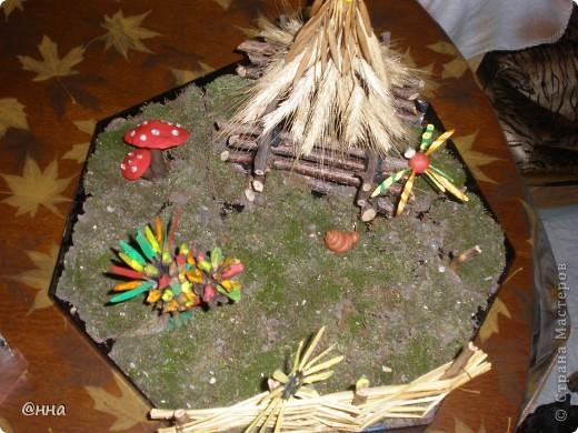 Мы использовали мох, колоски пшеницы, веточки деревьев и пластилин. Чтобы было больше ярких красок - некоторые элементы поделки окрасили гуашью!)) фото 1