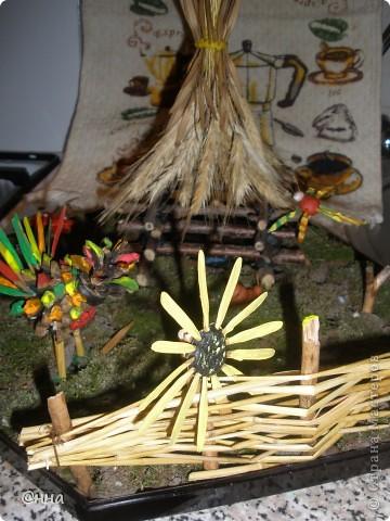 Мы использовали мох, колоски пшеницы, веточки деревьев и пластилин. Чтобы было больше ярких красок - некоторые элементы поделки окрасили гуашью!)) фото 2