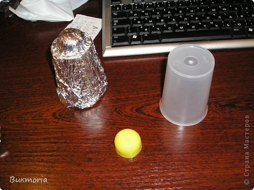 """Для этой работы вам понадобится: - 3 метра зелёного """"дождика""""(я брала 1,5м """"дождика"""" одного оттенка и 1,5м другого оттенка) - красный крупный бисер(я брала 3 оттенка, что б выглядело более натурально) - проволока: толстая и тонкая - 3 листа А4 - фольга - 1 зубочистка - золотая ленточка - стаканчик - половинка от яйца киндер-сюрприз   фото 12"""