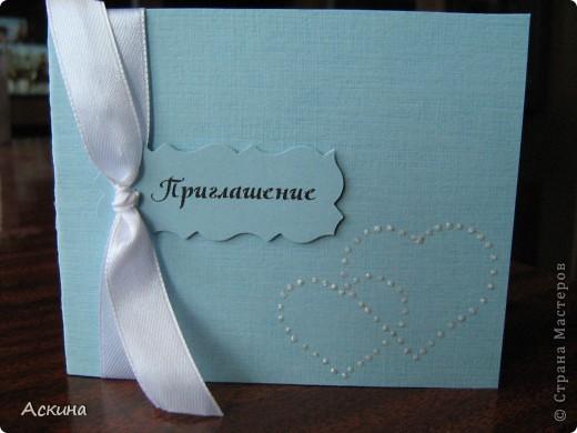 Решила сделать коллаж из свадебных фотографий и поставить в рамку. Хотелось сделать что-то легкое, праздничное и чтобы не отвлекало внимание от самих фотографий. Рамку оформляла исходя от своего свадебного наряда: это жемчуг, сетка, белые голландские розы. фото 6