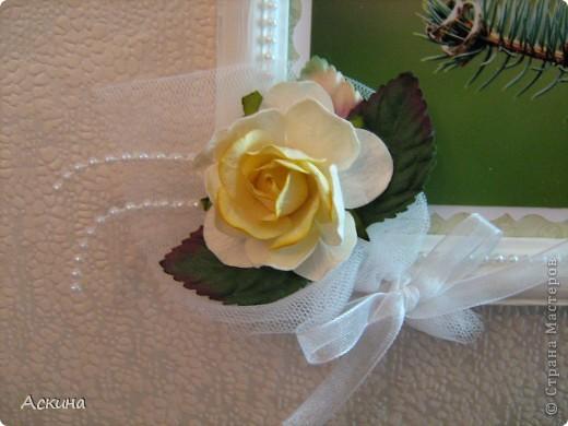 Решила сделать коллаж из свадебных фотографий и поставить в рамку. Хотелось сделать что-то легкое, праздничное и чтобы не отвлекало внимание от самих фотографий. Рамку оформляла исходя от своего свадебного наряда: это жемчуг, сетка, белые голландские розы. фото 3