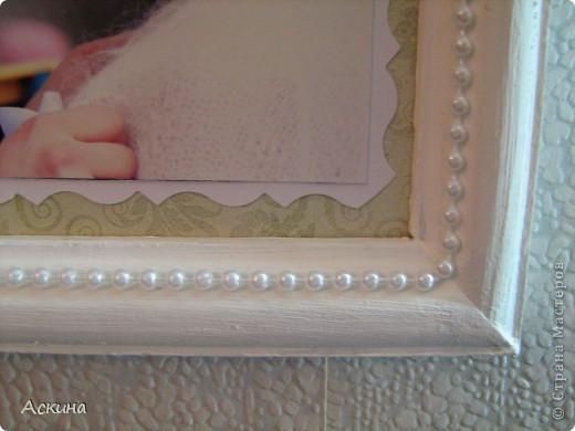 Решила сделать коллаж из свадебных фотографий и поставить в рамку. Хотелось сделать что-то легкое, праздничное и чтобы не отвлекало внимание от самих фотографий. Рамку оформляла исходя от своего свадебного наряда: это жемчуг, сетка, белые голландские розы. фото 2