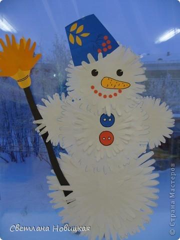 """Этого Снеговика, снежинки и деревья собрали из остатков ладошек с первого занятия """"разноцветных приключений"""". фото 1"""