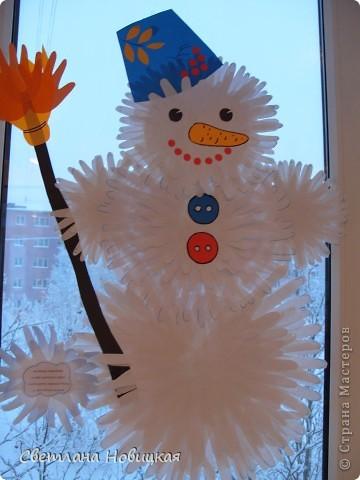 """Этого Снеговика, снежинки и деревья собрали из остатков ладошек с первого занятия """"разноцветных приключений"""". фото 7"""