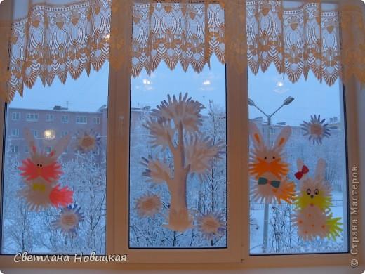 """Этого Снеговика, снежинки и деревья собрали из остатков ладошек с первого занятия """"разноцветных приключений"""". фото 6"""